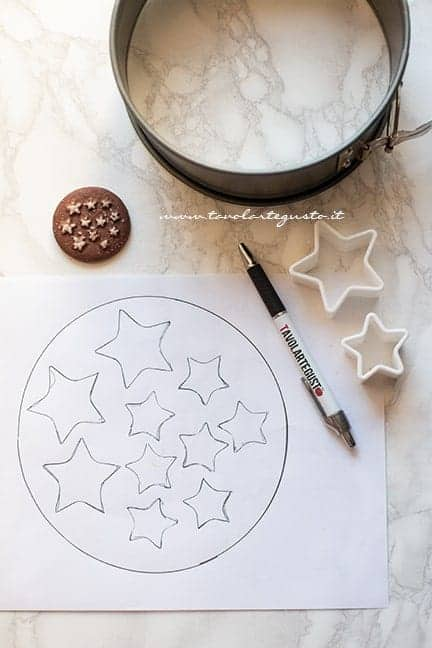 creare lo stencil per il decoro di stelle - Ricetta Torta Pan di Stelle