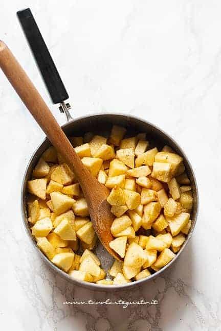 cuocere le mele in padella con zucchero e cannella - Ricetta Torta cuor di mela