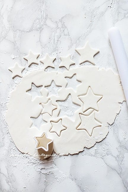 intagliare le stelline di pasta di zucchero - Ricetta Torta Pan di Stelle