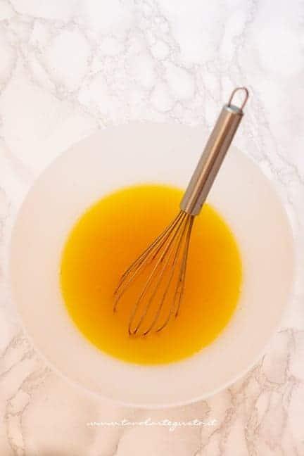 mescolare succo d'arancia con lo zucchero - Ricetta Torta di zucca vegan