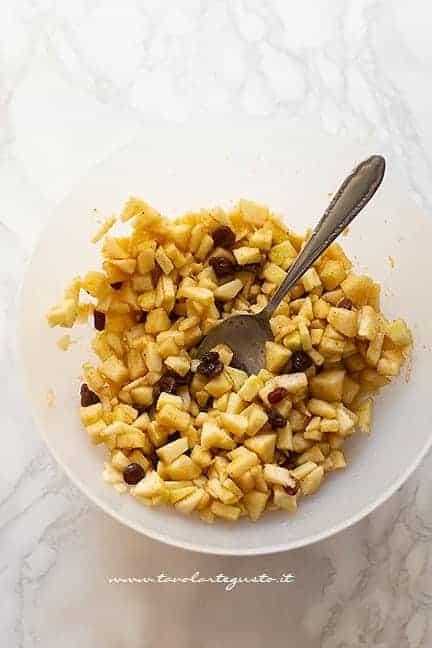 ripieno di mele, uvetta, pinoli e cannella - Ricetta Strudel di mele