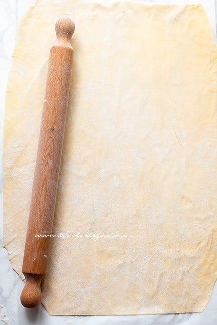 stendere la sfoglia sottile - Ricetta Strudel di mele