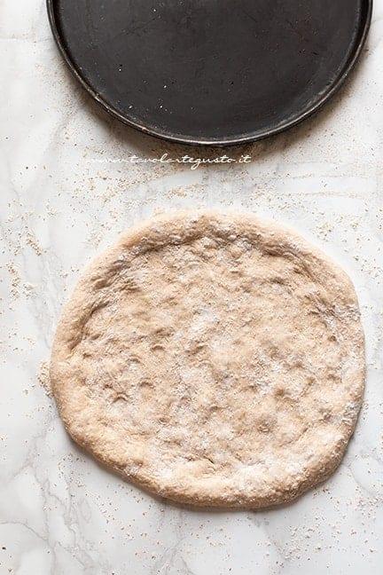 stendere l'impasto integrale - Ricetta pizza integrale