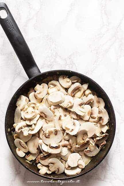 Aggiungere i funghi - Ricetta pasta alla boscaiola