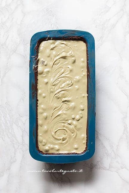 Versare l'impasto morbido nel guscio - Ricetta Torrone al pistacchio