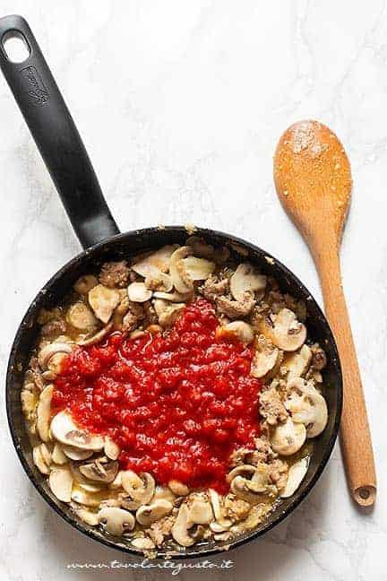 aggiungere il pomodoro - Ricetta pasta alla boscaiola