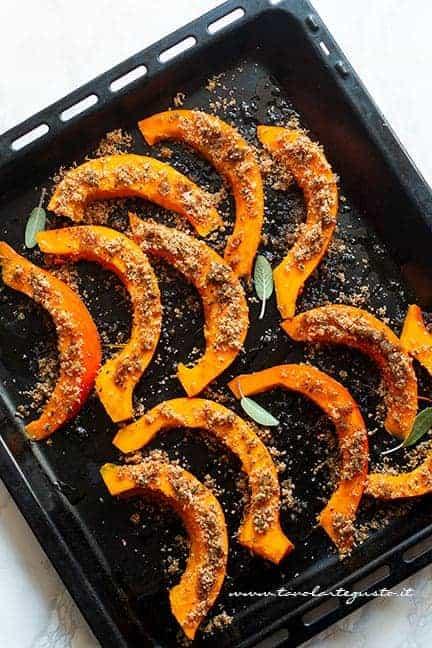 aggiungere la panatura alle fette di zucca - Ricetta Zucca gratinata