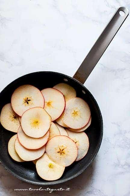 ammorbidire le fettine di mele in padella - Pizzette alle mele