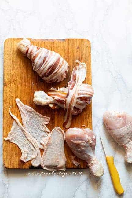 avvolgere il bacon nei fuselli - Ricetta Fusi di pollo con pancetta
