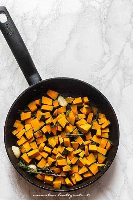 tagliare la zucca a funghetto e trifolare in padella - Ricetta Zucca in padella