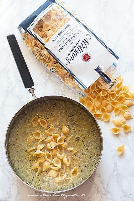 Aggiungere la pasta al cavolfiore - Ricetta pasta e cavolfiore