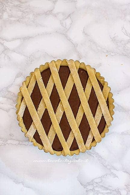 Aggiungere le strisce in superficie e infornare - Ricetta Crostata vegana al cioccolato