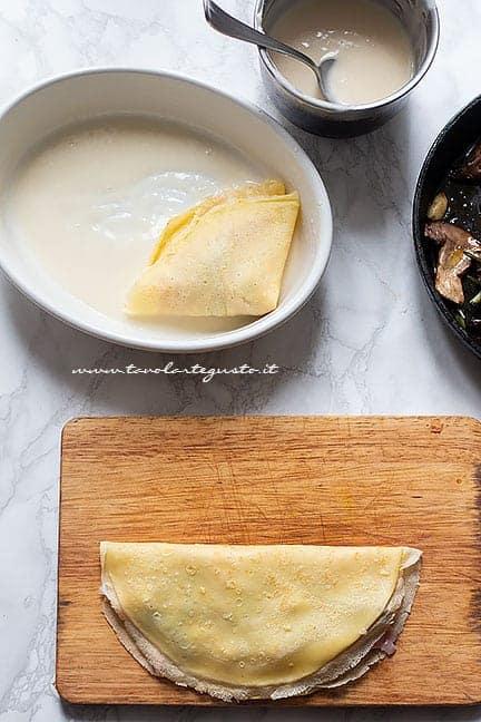 Chiudere la crepe a metà -Ricetta Crepes Prosciutto e funghi
