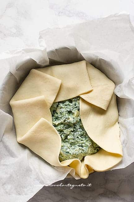 Chiudere la sfoglia - Ricetta Torta salata ricotta e spinaci