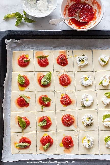 Come condire le pizzette di pasta sfoglia - Ricetta pizzette di pasta sfoglia
