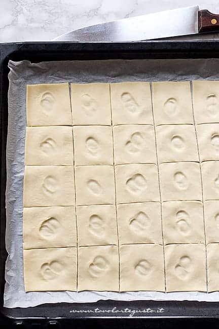 Come fare le pizzette quadrate di pasta sfoglia - Ricetta pizzette di pasta sfoglia
