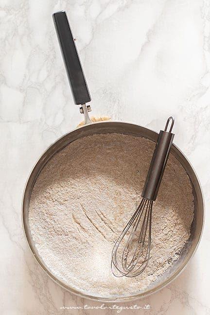Mescolare zucchero e amido - Ricetta Crema al cioccolato vegan