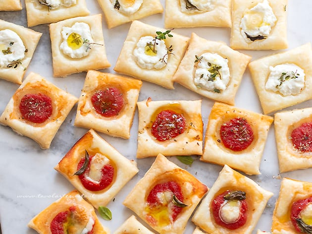 Pizzette di pasta sfoglia - Ricetta Pizzette quadrate di pasta sfoglia-