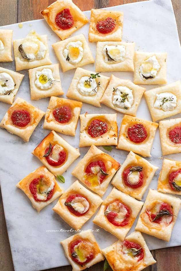 Pizzette di pasta sfoglia - Ricetta Pizzette quadrate di pasta sfoglia