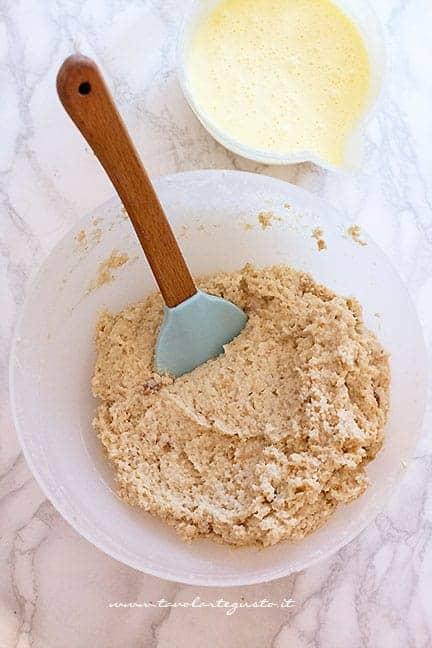 Versare la montata di uova - Ricetta Torta di pane