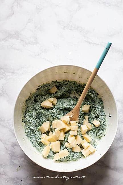 aggiungere il formaggio e uovo- Ricetta Torta salata ricotta e spinaci