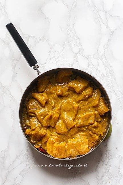 cuocere i bocconcini di tacchino al curry - Ricetta Tacchino al curry