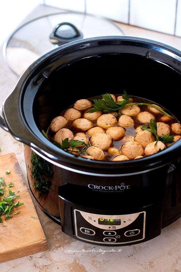 cuocere lentamente le polpette in salsa agrodolce - Ricetta Polpette in agrodolce