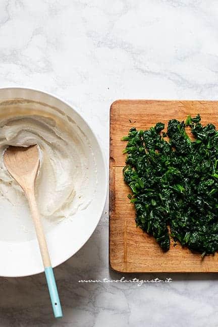 preparare il ripieno di spinaci lessi e ricotta - Torta salata ricotta e spinaci