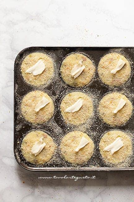 spolverare di pan grattato e infornare - Ricetta Mini gateau di patate