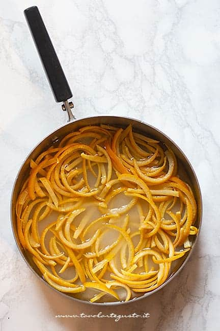 Caramellare le scorze di arancia - Ricetta Arance candite - Scorzette di arancia candite