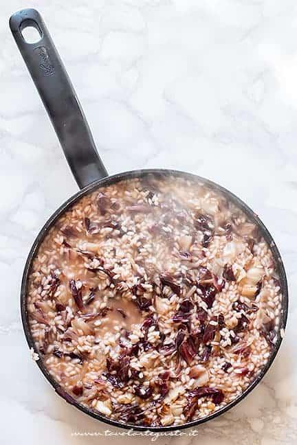 Cuocere il risotto al radicchio rosso con il brodo - Ricetta Risotto al radicchio