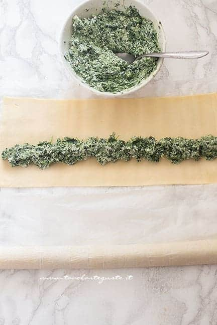 aggiungere la crema ricotta e spinaci nella pasta sfoglia - Rustici di pasta sfoglia