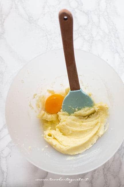 aggiungere uovo alla crema di burro e zucchero - Ricetta Biscotti al limone
