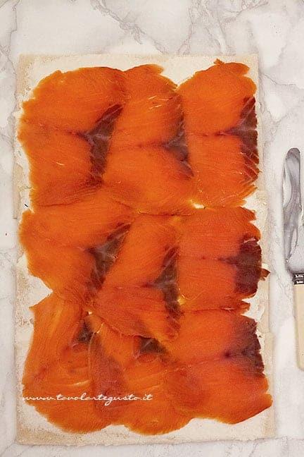 farcire il rotolo salato con il salmone - Ricetta tronchetto di natale salato