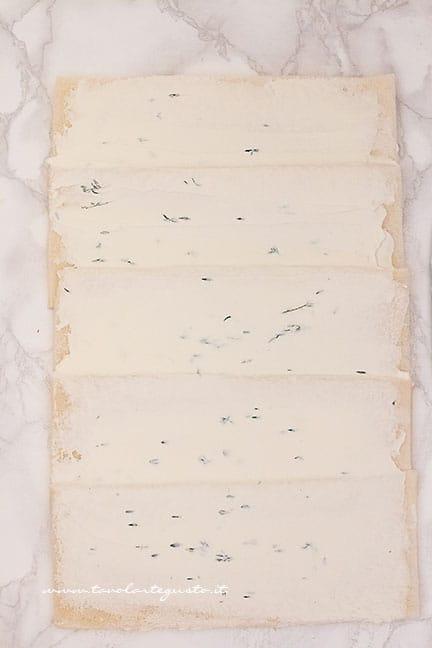 spalmare il formaggio - Ricetta tronchetto di natale salato
