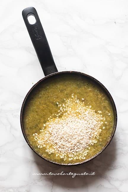 Aggiungere il risto alla minestra - Ricetta Riso e Verza