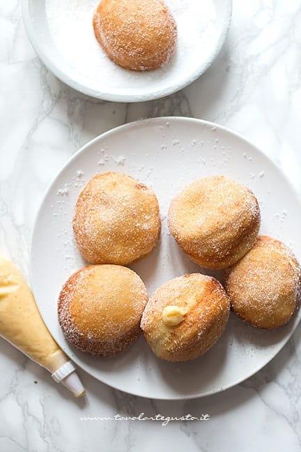 Farcire i bomboloni con la crema pasticcera - Ricetta Bomboloni