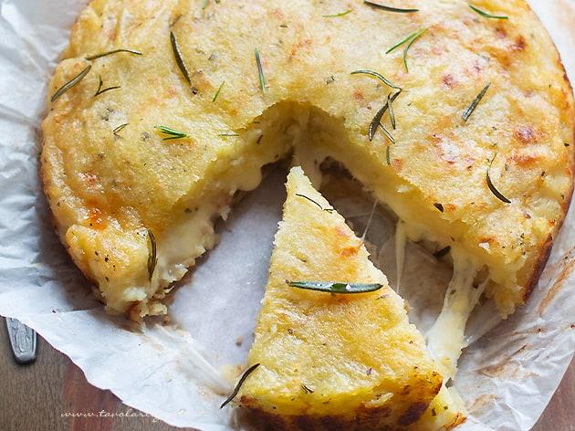 Ricetta Della Pizza Di Patate.Pizza Di Patate Dal Ripieno Filante Velocissima E Senza Lievitazione