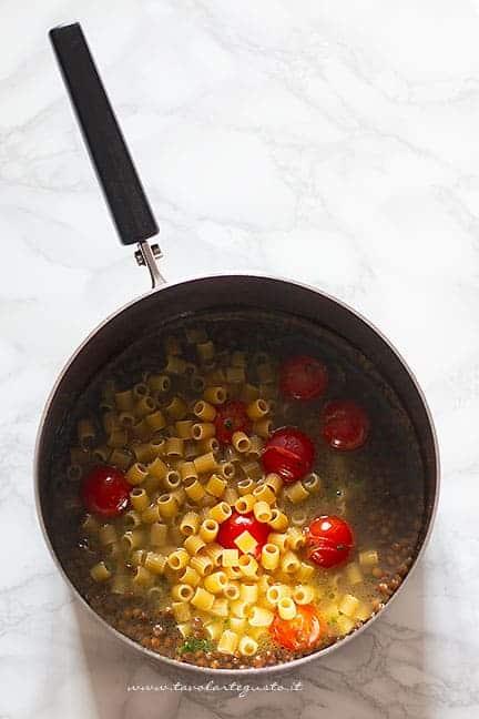 aggiungere i tubetti - Ricetta Pasta e lenticchie