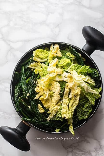 aggiungere il cavolo nero e la verza - Ricetta Ribollita