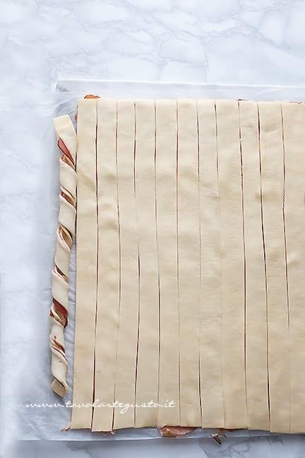 arrotolare le strisce -Ricetta Torta salata a forma di cuore