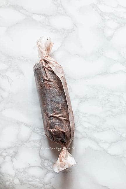 dare la forma di salame al composto di cioccolato - Ricetta salame di panettone