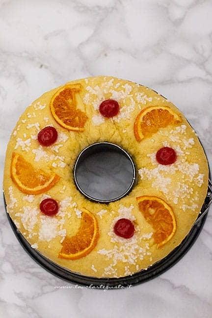 decorare il Roscon con la frutta candita - Ricetta Roscón de Reyes
