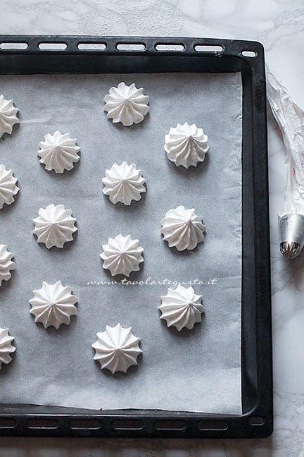 formare e cuocere le meringhe - Ricetta Meringhe