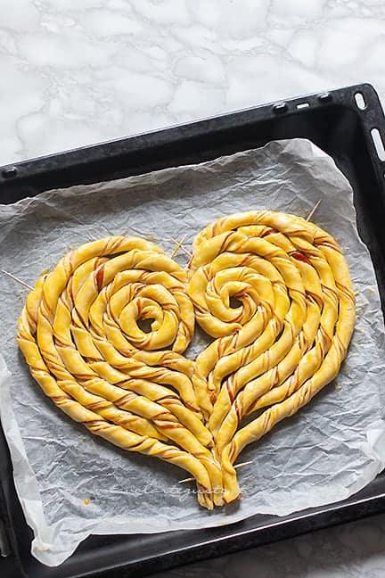 pennellare di tuorlo - Ricetta Torta salata a forma di cuore