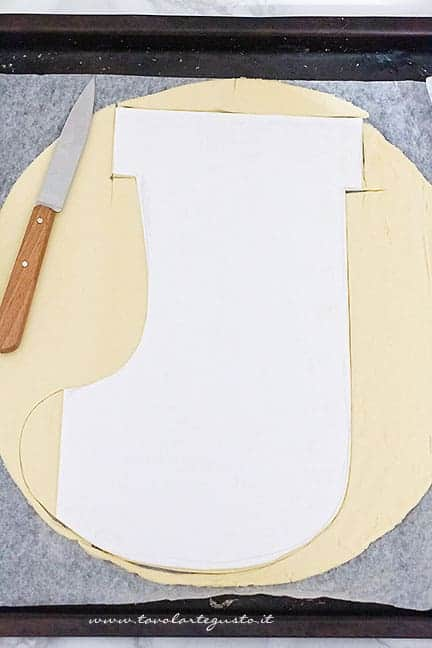 sfoglia a forma di calza - Ricetta Calza della Befana di pasta sfoglia