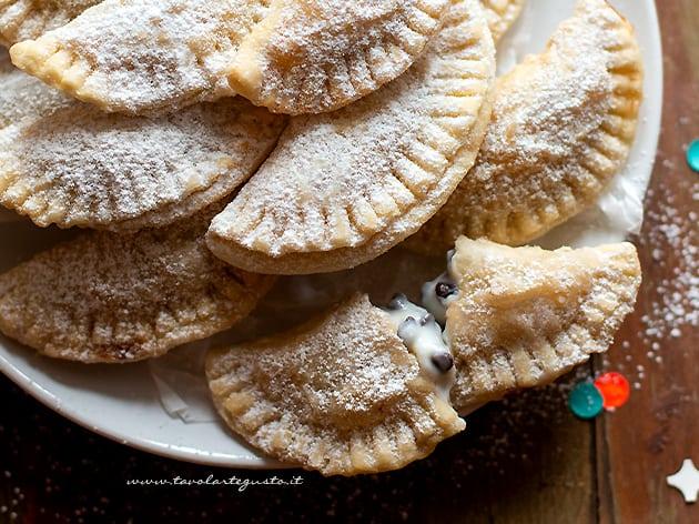 Ravioli dolci di Carnevale ricotta e gocce di cioccolato - Ricetta Ravioli dolci-