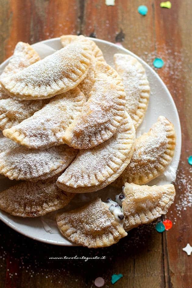 Ravioli dolci di Carnevale ricotta e gocce di cioccolato - Ricetta Ravioli dolci