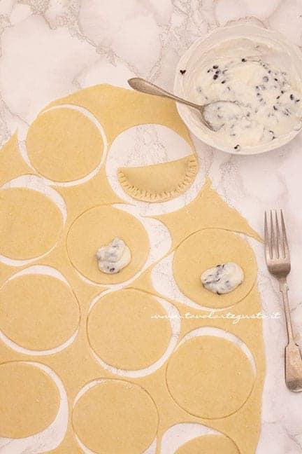 aggiungere il ripieno di ricotta e gocce di cioccolato - Ricetta ravioli dolci