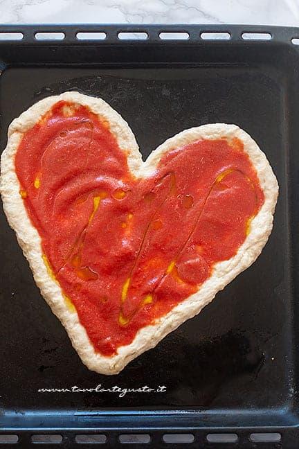 condire con pomodoro - Ricetta Pizza a forma di cuore